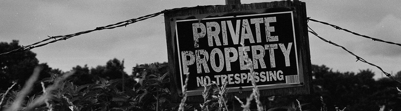Cartel de propiedad privada en un terreno rústico